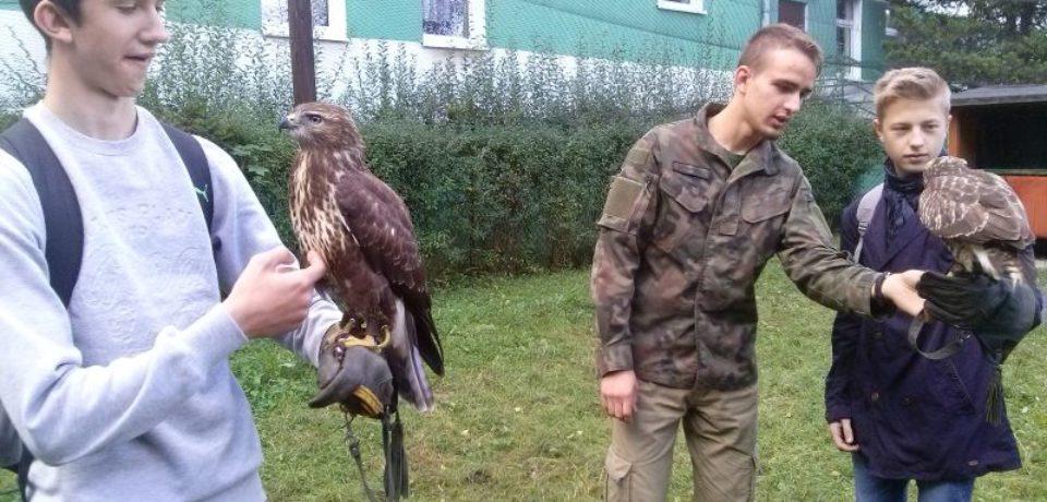Uczniowie gimnazjum na warsztatach dotyczących ochrony ptaków drapieżnych