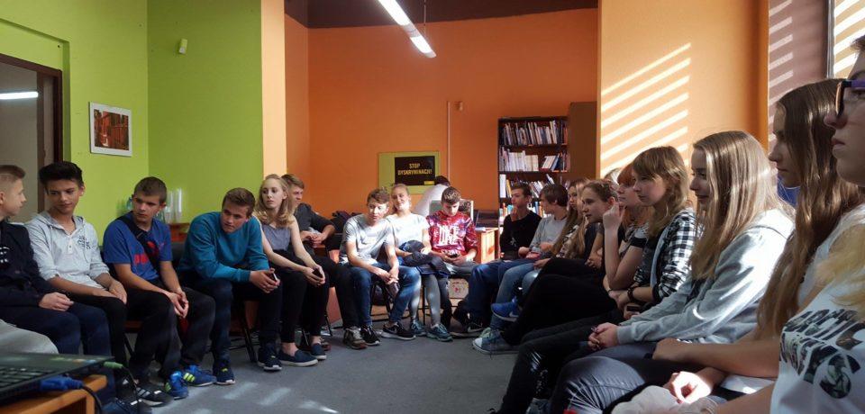 Uczniowie gimnazjum na szkoleniu dla wolontariuszy