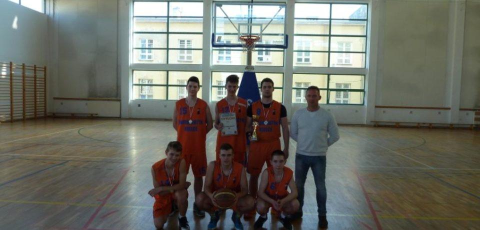 Szkolna drużyna koszykówki chłopców na podium