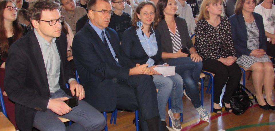 Przedstawiciele Urzędu Miasta Kielce oraz Idea Kielce w Informatyku zachęcali uczniów do udziału w maratonie programowania