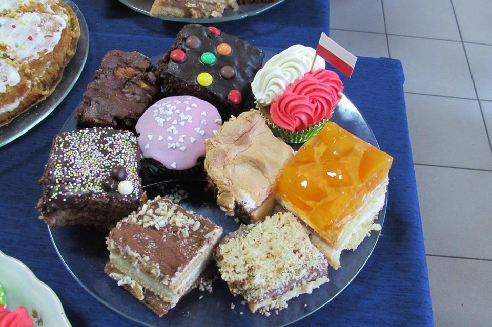 Kiermasz słodkości i sałatek
